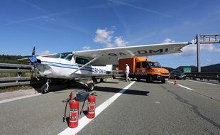 Un avion transportant une femme et son instructeur a été contraint de se poser sur l'autoroute A6 qui relie la capitale Zagreb à la ville portuaire de Rijeka, en Croatie, le 17 août 2019.