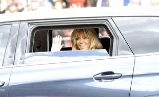 Brigitte Macron salue la foule, le 14 juillet 2017.