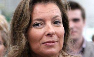 La journaliste Valérie Trierweiler, compagne de Francois Hollande, suit Francois Bayrou, le président du  Modem, lors de sa visite au salon international de l'élevage a Rennes, le 12 septembre 2011.