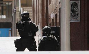 Des policiers australiens déployés à proximité de Martin Place, à Sydney, où des personnes sont retenues en otage dans un café, le 15 décembre 2014.