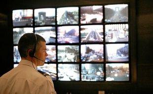 Un policier parisien devant des écrans de contrôle d'un système de vidéosurveillance.
