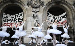 Des danseurs de l'Opéra de Paris en grève, le 24 décembre.