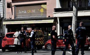 Des policiers dans le centre-ville de Romans-sur-Isere, le 4 avril 2020, devant la boulangerie où a eu lieu une attaque au couteau.