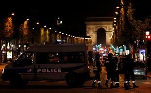 Les policiers bloquent l'accès aux Champs-Elysées, le 20 avril 2017, après l'attaque qui a coûté la vie à un policier.