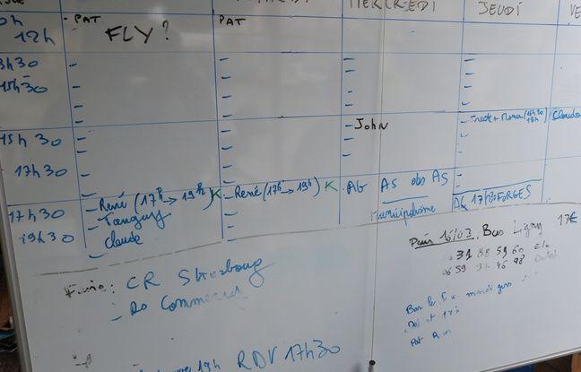 La grand panneau blanc où sont inscrits les binômes pour le porte-à-porte du RIC communal.
