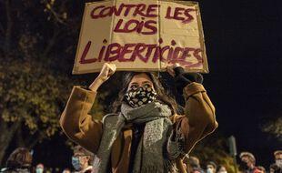 Une manifestante contre la loi sécurité globale.
