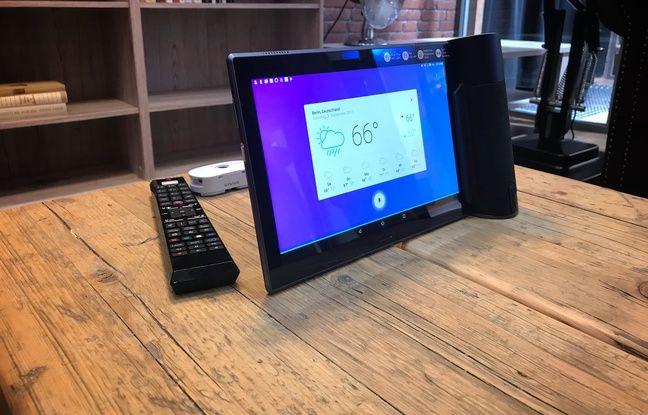 Une enceinte intelligente sur le stand Lenovo. Elle se clipse à une tablette pour offrir à nos questions des réponses aussi illustrées par l'image.