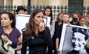 """Le collectif """"Osez le féminisme!"""" lors d'une action devant le Panthéon à Paris lz 26 août 2013"""