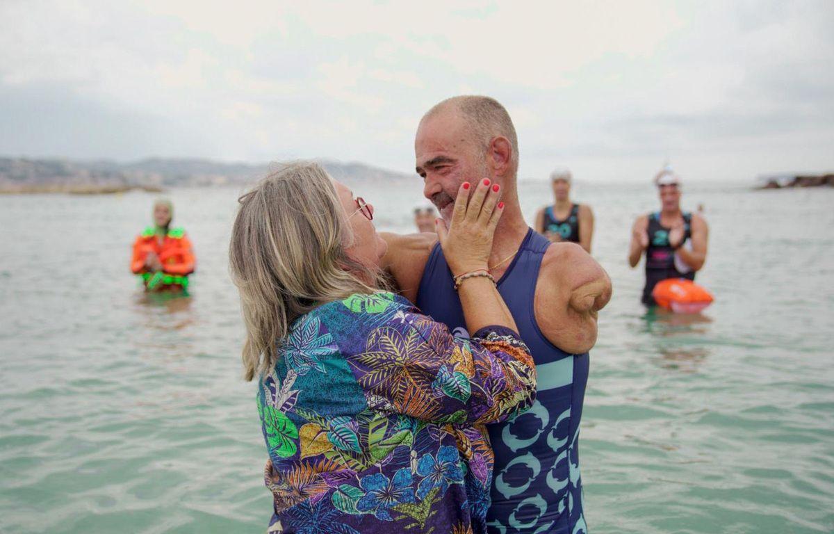 Thierry Corbalan, accueilli par son épouse sur la plage de Mandelieu-La Napoule, le dimanche 20 septembre 2020 — F. Menassé / WildCorsica