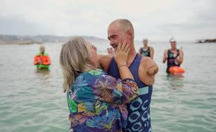 Thierry Corbalan, accueilli par son épouse sur la plage de Mandelieu-La Napoule, le dimanche 20 septembre 2020