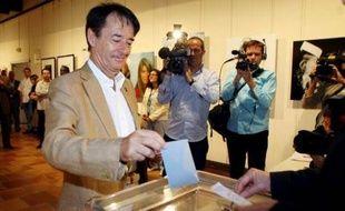L'ancien maire UMP de Perpignan Jean-Paul Alduy, dont l'élection aux municipales de 2008 a été annulée fin avril pour fraude par le Conseil d'Etat, dépose son bulletin de vote dans l'urne, le 21 juin 2009 à Perpignan, lors du premier tour de l'élection municipale.