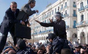 Le leader du RCD, Saïd Saadi (C) discute avec la police lors d'une manifestation anti-gouvernementale à Alger, Algérie, le 26 février 2011.