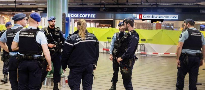 La police hollandaise patrouille dans l'aéroport d'Amsterdam-Schiphol après l'attaque au couteau le 15 décembre 2017.