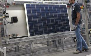 Illustration d'une usine de l'entreprise Sillia VL qui fabrique des panneaux photovoltaïques.