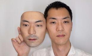 Le créateur tokyoïte Shuhei Okawara et un masque 3D à son effigie