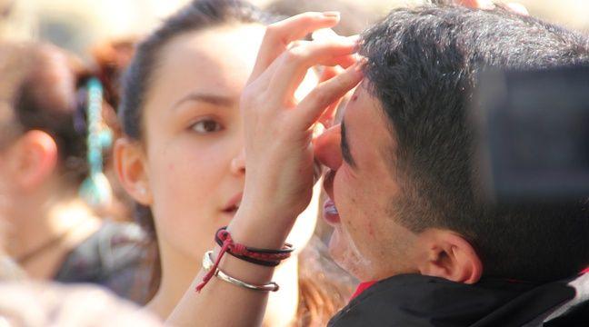 Après les gaz lacrymogènes, les manifestants utilisaient eu sérum physiologique. – C. Allain / APEI / 20 Minutes