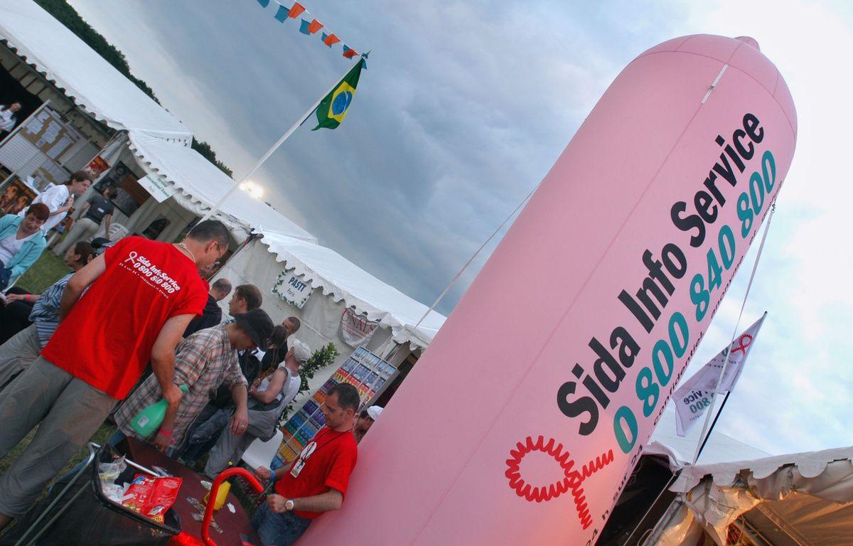 Longchamp, le 5 juillet 2003. Des personnes se renseignent sur le stand de l'association Sida Info Service lors du festival Solidays. – STEPHANE DE SAKUTIN / AFP