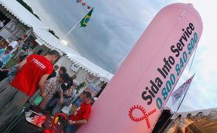 Longchamp, le 5 juillet 2003. Des personnes se renseignent sur le stand de l'association Sida Info Service lors du festival Solidays.
