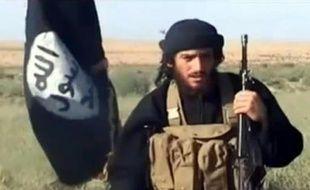 Capture d'une vidéo postée sur YouTube le 8 juillet 2012 montrant le porte-parole de l'État islamique d'Irak et du Levant (EIIL), Abou Mohammad al-Adnani al-Shami