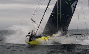 Charlie Dalin, sur Apivia, mène la flotte du Vendée Globe dans l'Atlantique.