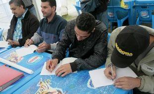 Des réfugiés apprennent le français avec des volontaires du Secours catholique, dans un centre d'accueil de Cergy, près de Paris, le 16 septembre 2015