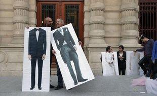 Des militants pro-mariage pour tous devant la mairie du 4e arrondissement de Paris, le 23 avril 2013.