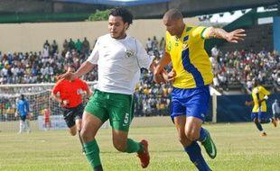 L'attaquant du Gabon, Daniel Cousin (en jaune) lors d'un match à Libreville le 11 octobre 2008 face à la Libye.