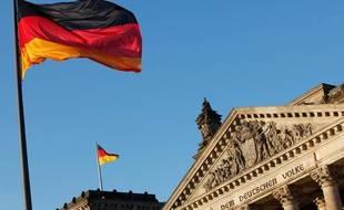 Le drapeau allemand devant le Reichstag à Berlin.