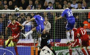 Alex et Terry s'évèvent plus haut que Steven Gerrard lors du quart de finale aller de la Ligue des champions Liverpool-Chelsea