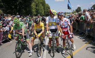 Les porteurs des différents maillots du Tour de France jeudi matin à Abbeville.