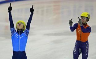 Le Néerlandais Sjinkie Knegt auteur d'un double doigt d'honneur adressé à Viktor Ahn à l'arrivée du 5000m des championnats d'Europe de short-track à Dresde, le 19 janvier 2014