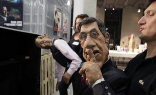 """Les marionnettes du journaliste Patrick Poivre d'Arvor (G) et de l'acteur américain Silvester Stallone (D) de l'émission de télévision satirique """"Les Guignols de l'Info"""", le 6 octobre 2012"""