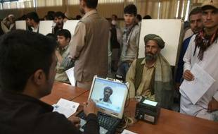 Un Afghan est pris en photo pour obtenir son nouveau passeport biométrique, le 25 août 2015 à Kaboul