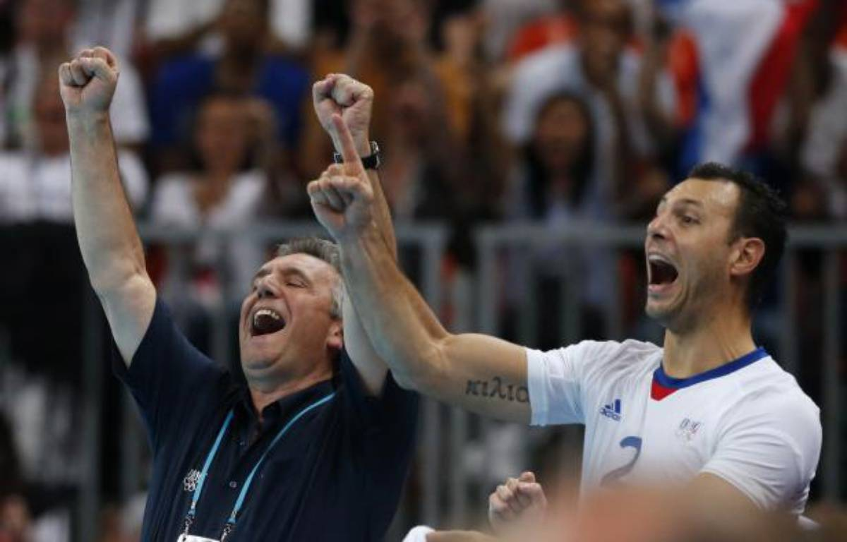 Claude Onesta et Jérôme Fernandez célébrent le titre olympique de l'équipe de France de handball, le 12 août 2012 à Londres. – A.Latif / REUTERS