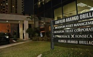 La police monte la garde devant le siège du cabinet Mossack Fonseca, à Panama, le 12 avril 2016