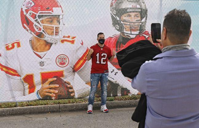 Un fan devant une image des deux QB, Patrick Mahomes (Kansas City Chiefs) et Tom Brady (Tampa Bay Buccaneers). Patrick Smith/Getty Images/AFP