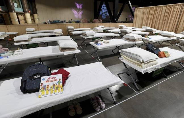 Other books can be seen on these camp beds, in the center which is to welcome migrant children.