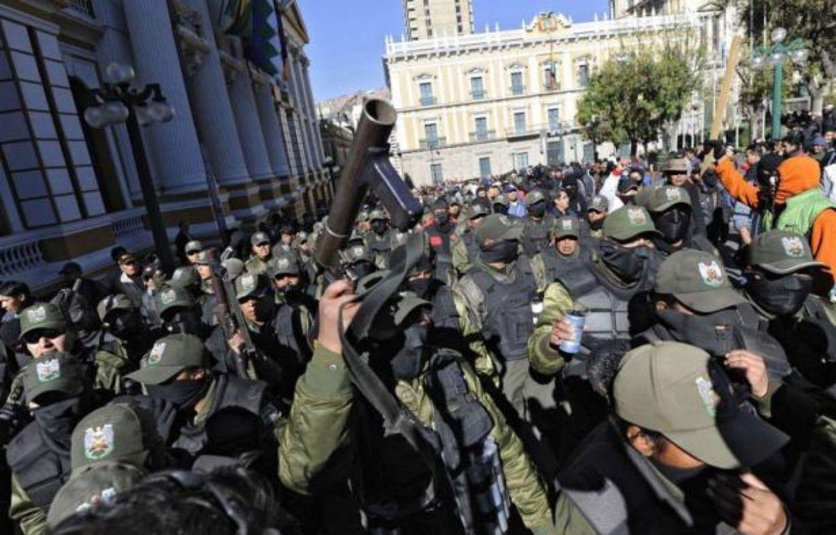 Un nouveau cycle nocturne de négociations n'a pas réussi à débloquer mardi le face à face entre policiers boliviens grévistes qui campent depuis six jours sous les fenêtres du palais présidentiel et les représentants du gouvernement d'Evo Morales déterminé à éviter tout dérapage. – Jorge Bernal afp.com