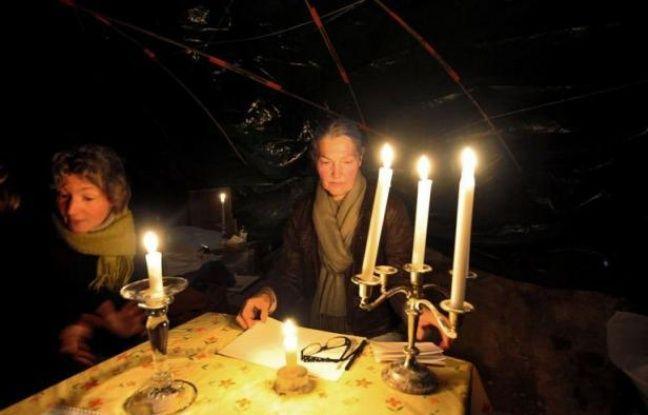 Deux femmes souffrant d'électro-hypersensibilité s'apprêtent à passer l'hiver sans chauffage ni électricité, dans une grotte reculée des Hautes-Alpes, afin d'échapper aux ondes des téléphones portables et d'internet.