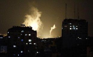De la fumée s'échappe d'immeubles palestiniens suite à l'opération terrestre dans la bande de Gaza, à Gaza le 17 juillet 2014