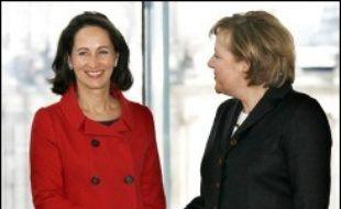 """La candidate socialiste à l'élection présidentielle française, Ségolène Royal, a annoncé qu'elle-même et la chancelière allemande Angela Merkel étaient d'accord """"pour définir en commun des politiques industrielles"""" à la suite de la crise de l'avionneur européen Airbus."""