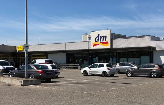 Le parking du Dm-drogerie markt à moitié vide : une scène rare à Kehl avant la pandémie mondiale.