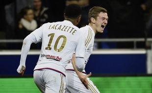 Alexandre Lacazette a chaleureusement félicité Gaëtan Perrin, auteur de son premier but avec les pros samedi contre Nantes. JEFF PACHOUD