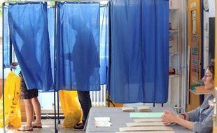 Des électeurs dans l'isoloir le 17 juin 2012 à Nantes