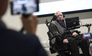 Le scientifique Stephen Hawking lors d'un conférence à l'université de Cambridge (Angleterre) sur l'intelligence artificielle, le 19 octobre 2016.