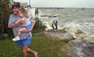 Le gigantesque ouragan Ike a frappé samedi matin la côte du Texas, où la mer déchaînée par des vents furieux et des pluies torrentielles menaçaient des dizaines de milliers d'habitants restés sur place en dépit des ordres d'évacuation.