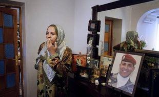 Les vidéos de ses crimes filmés par Mohamed Merah révèlent les derniers instants des victimes du tueur à scooter, notamment le parachutiste Imad Ibn Ziaten qui a choisi de mourir debout, selon les rapports d'expertise consultés par l'AFP.