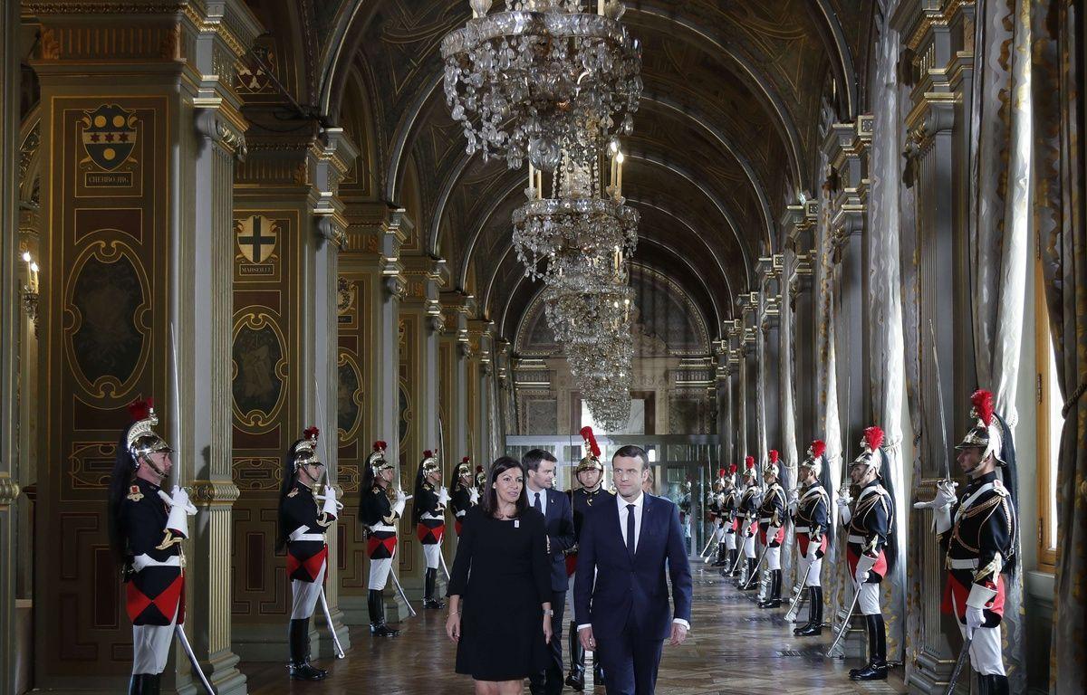 Le Président Emmanuel Macron et la maire de Paris Anne Hidalgo à l'Hôtel de Ville dimanche 14 mai 2017 lors de la passation de pouvoir. – Charles Platiau/AP/SIPA