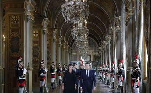 Le Président Emmanuel Macron et la maire de Paris Anne Hidalgo à l'Hôtel de Ville dimanche 14 mai 2017 lors de la passation de pouvoir.