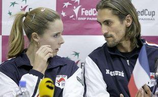La joueuse de tennis de l'équipe de France de Fed Cup, Alizé Cornet (à gauche), avec le capitaine Nicolas Escudé, le 2 février 2011 à Moscou.